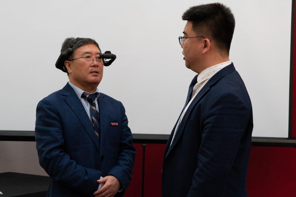 西北大学校长郭立宏体验设备-2019.5.21.jpg
